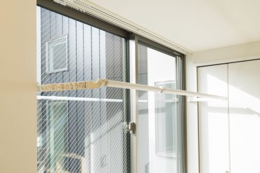 窓際のハンガーラック。お洗濯物はここに。