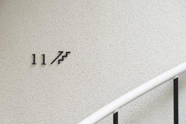 お部屋のサイン。ぐるっとらせん階段をのぼって。