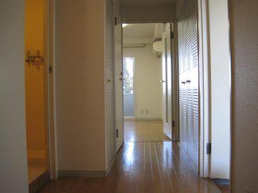 玄関からLDKを望む