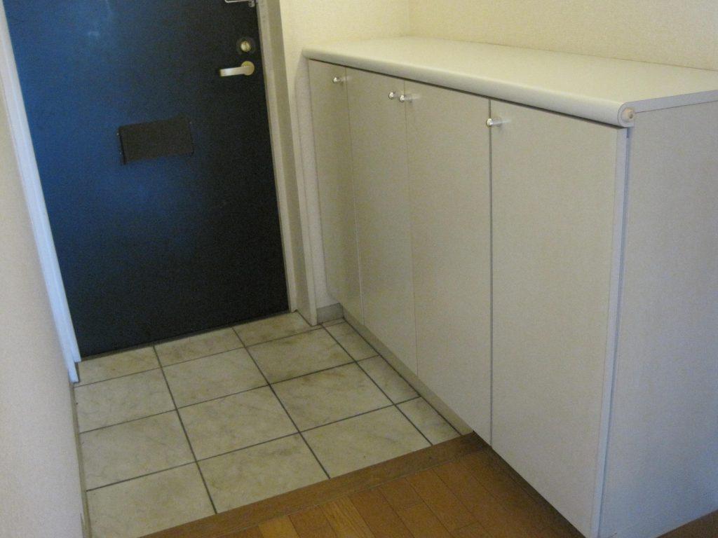 玄関収納は大きめでオシャレな床タイルが印象的な玄関