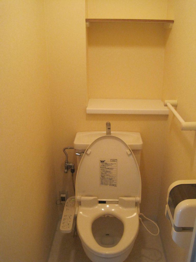 トイレは収納棚も完備