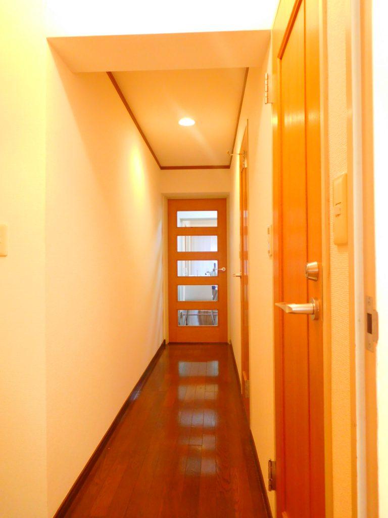 玄関からダイニングキッチンへの廊下
