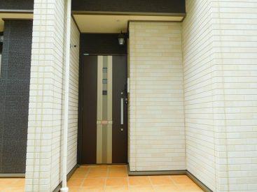 モダンで落ち着きのある玄関ドア