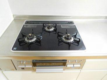 キッチンは3口ガス&グリル付きで料理もたっぷり楽しめます!