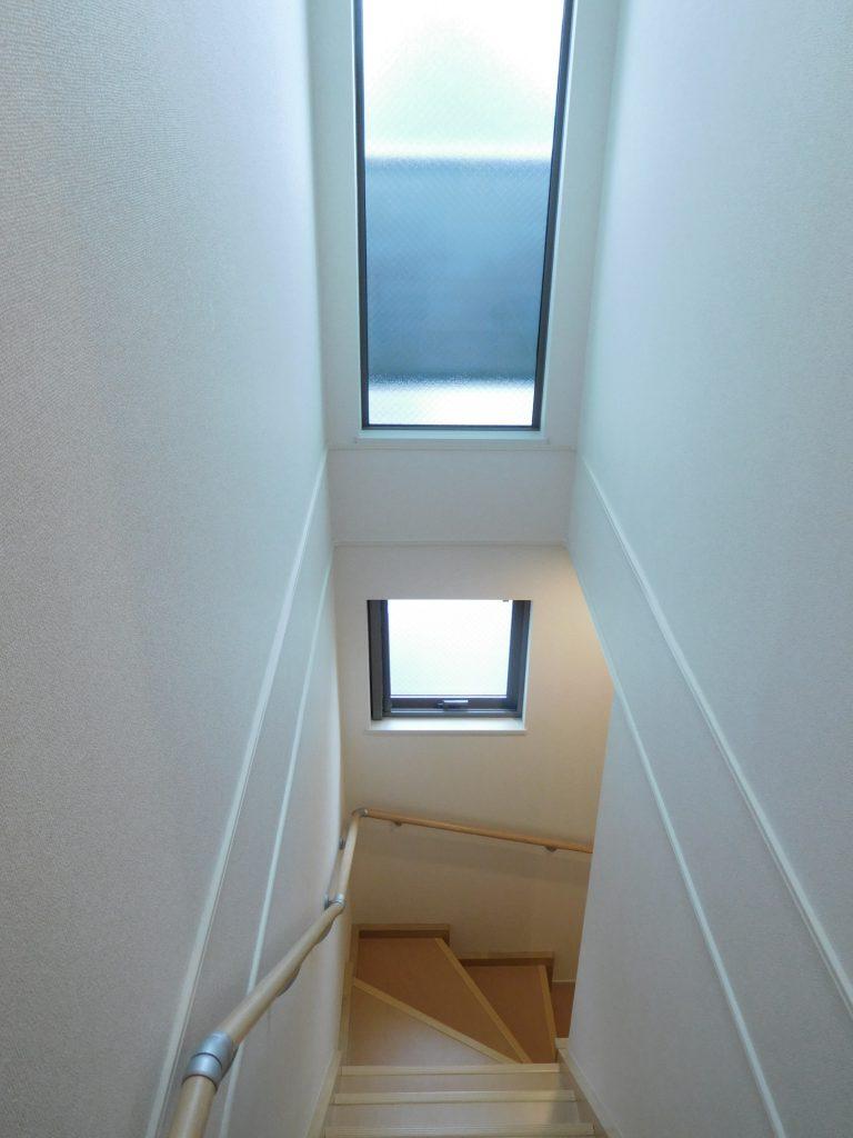 階段は吹き抜け&大型の窓で明るさも確保☆