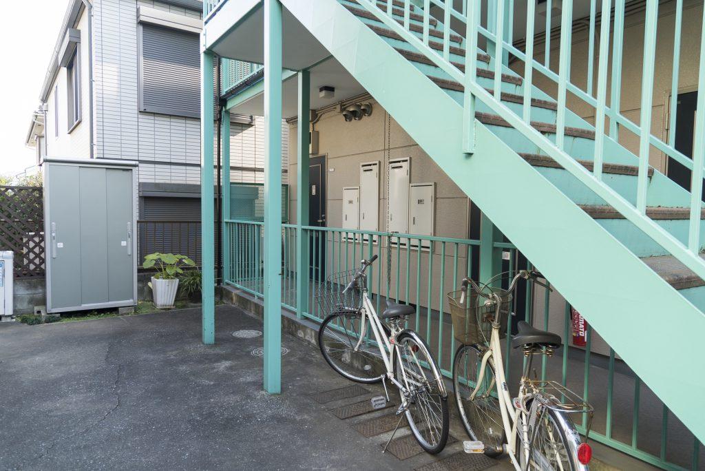 自転車置き場は階段の下に。