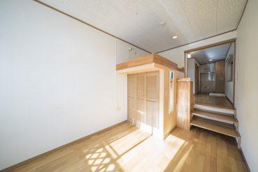 1DKの一室。洋室がダイニングキッチンより一段(いや、三段!)さがったつくり。