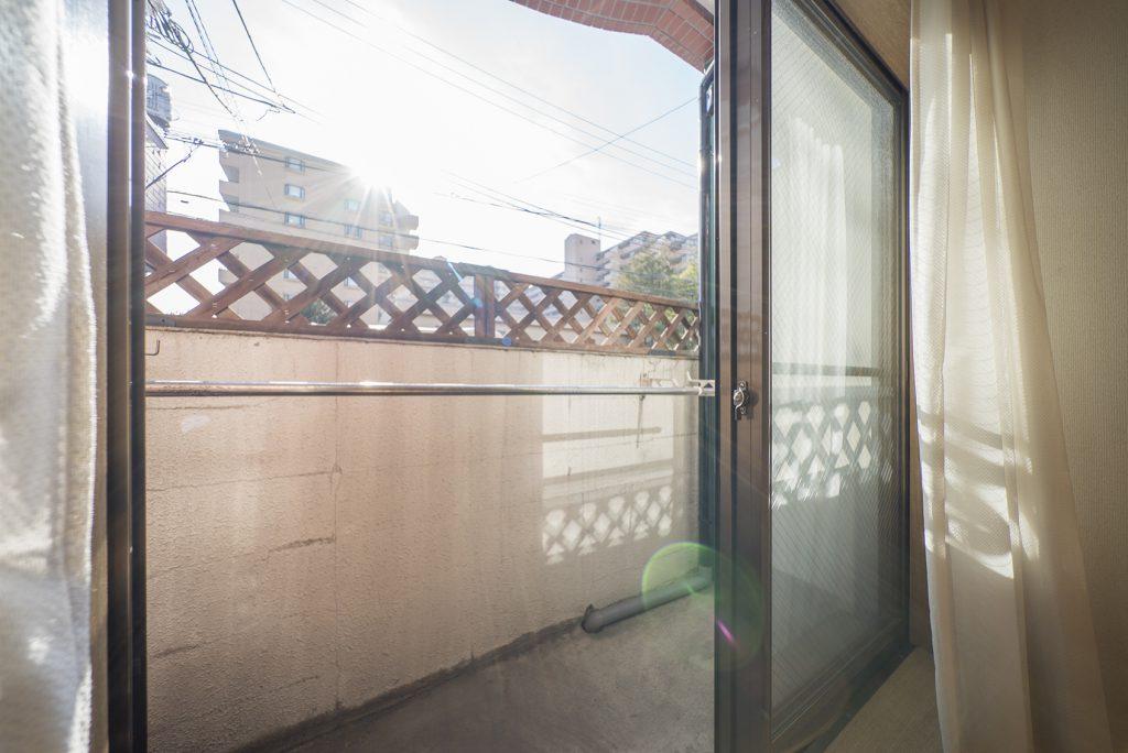 バルコニーは外からの視界をシャットダウンしながらも、しっかりと日差しが入ってきます。
