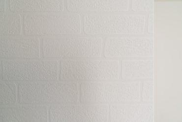 壁のクロスはレンガ調。