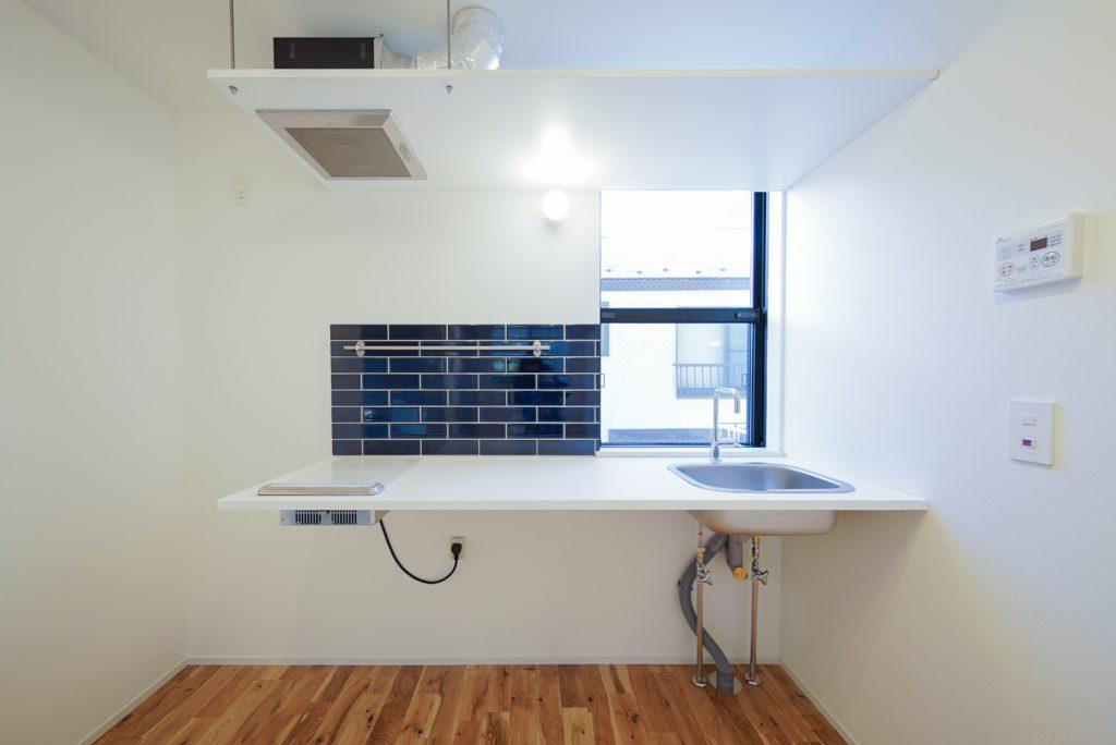 人工大理石オリジナル片持ちキッチン。青いタイルがポイントです。