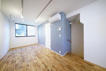 グレイッシュなアクセントクロスと床のカラーコントラストが素敵。