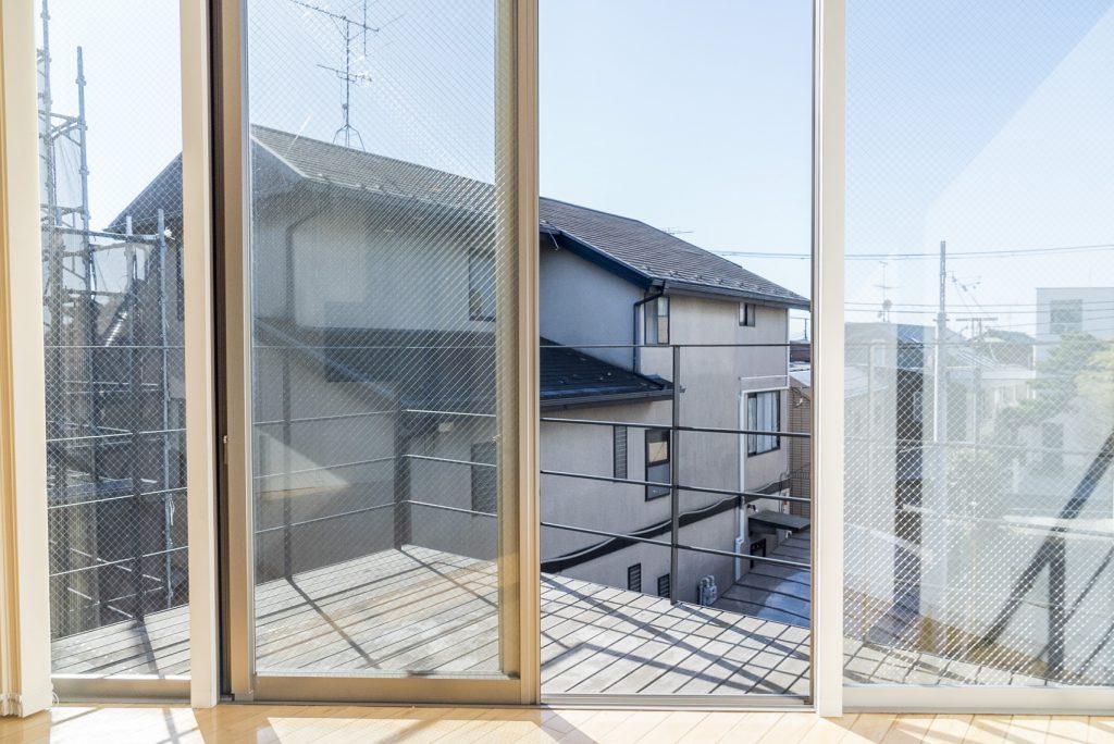 窓からさしこみ日差しはとても気持ちがいいです。(内装)