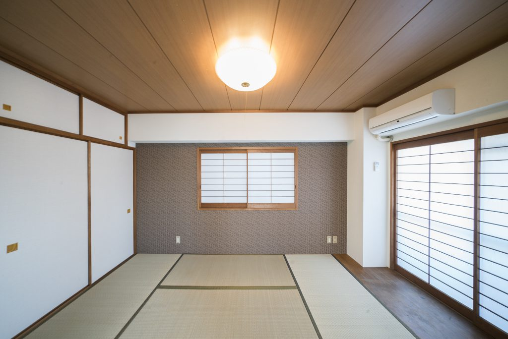 畳と障子、そして大きな押入れがあり、まさにといった6.5帖の和室。