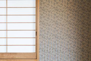 和室のクロス。木を編んだような模様が和室と調和しています。