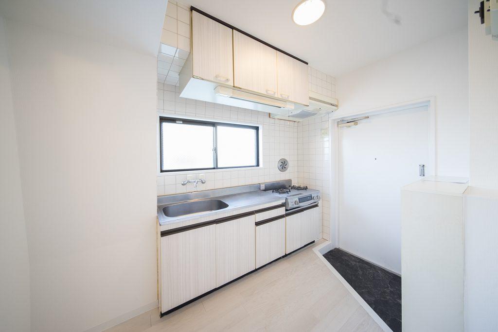 キッチンは玄関先に。目の前に窓があって、換気と日当たりもよし。