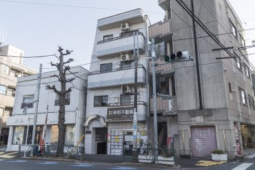 淡島通りに立つ3階建てのマンション。