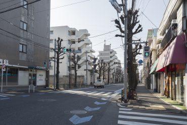 向かいの淡島通り。車通りは多いですが、道路沿いにはてんてんと気になるお店があります。