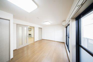 10帖の洋室はとても広い。家具の配置で部屋を仕切るレイアウトにしよう。