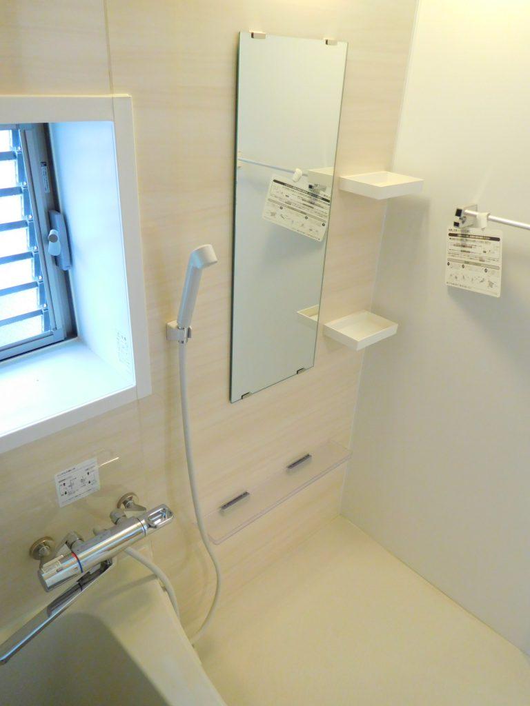 浴室は棚も設置してあります