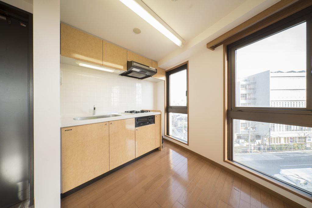 キッチンはワンルームの一角に。とにかくどこにいても日当たりがいい…。