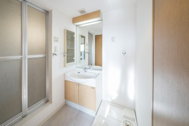 水まわりは、ひとまとまりになっています。鏡付きの洗面台がうれしいポイント◎