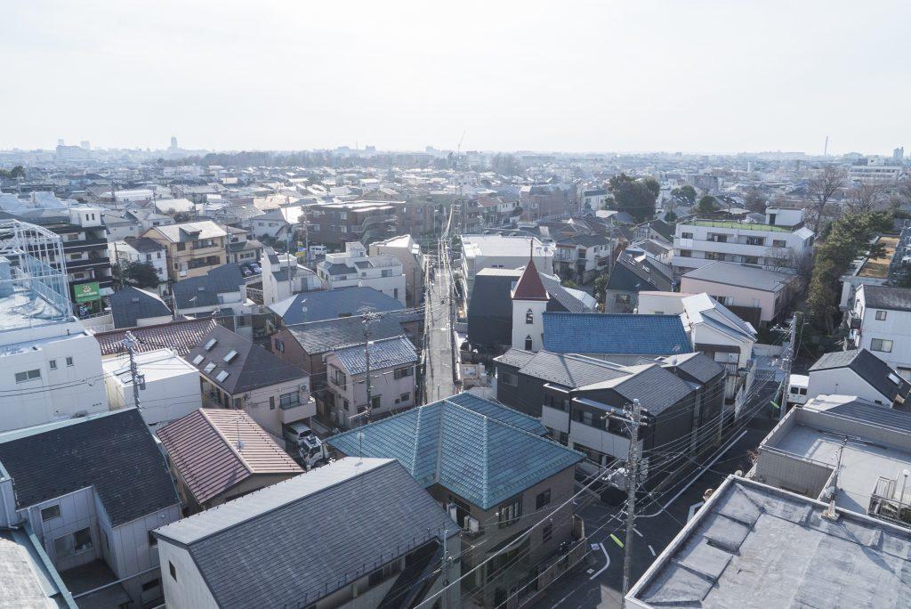 新代田の町並みと、ひろびろとした空がたっぷりと見えます。