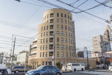 環七通り沿いに立つ、円柱のつくりをしたマンション。