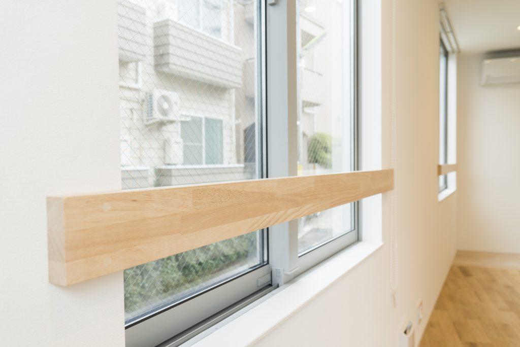 窓際には木製の手すり。これがまたまたアクセント。