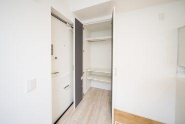 玄関先の収納。コートなどかけておきましょうか。