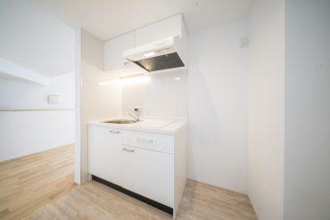 キッチンは白が基調。コンパクトにまとまっていますが、必要なものは備え済み。