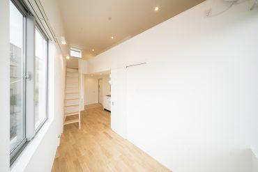 明るい室内で内装にもこだわりを感じる、ワンルーム・ロフトのある一室。