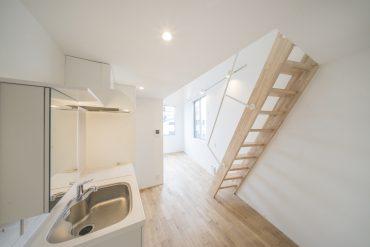 下部屋はキッチンやお風呂などの水まわりに、ベッドやテーブルなどの生活スペースに。