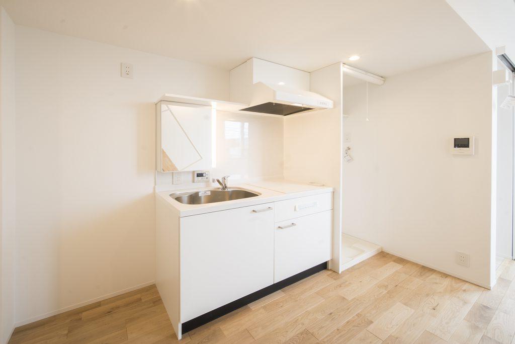 キッチンはホワイトベース。コンパクトにまとまっていますが、必要なものは備え済み。