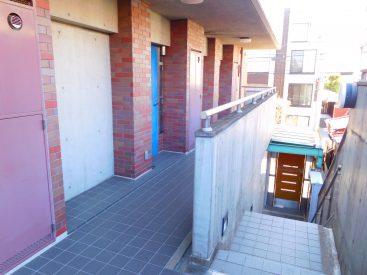 階段は外階段。3階まで登ってみた図。