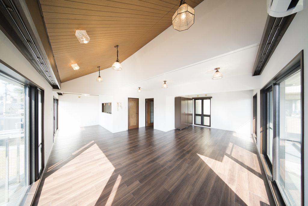 まるで贅沢、まるで別荘。約100㎡、メゾネットタイプの一室。鎌倉チックにご案内スタート。