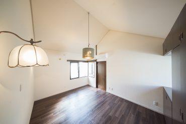 8帖の洋室。2種類の照明が粋。