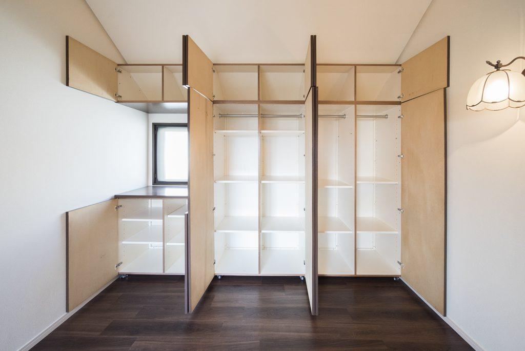 8帖の洋室、壁一面にはこの収納。窓にぴたりと合わせて作られているから、もう、好感度。