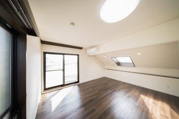 階段を上がった最上階は、天窓付き11帖の洋室。今更ですが、全室エアコン付いてます。