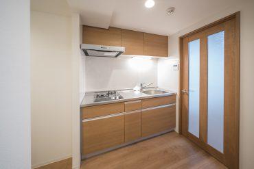 ブラウン調のキッチン。収納も上下にたっぷりと。