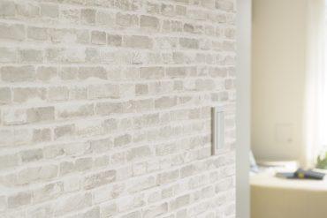 壁の一部にはレンガ調のデザインクロスが。