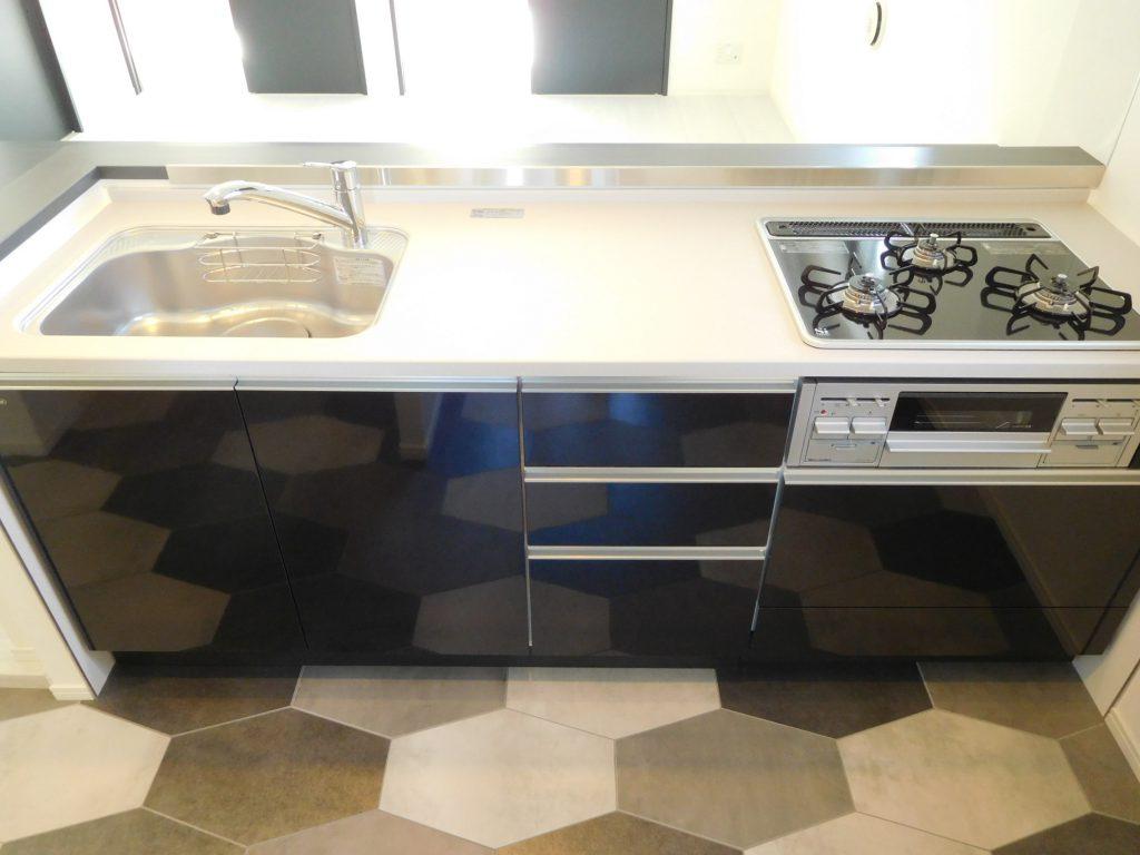 本格的な調理でも広さと収納量のキッチン。