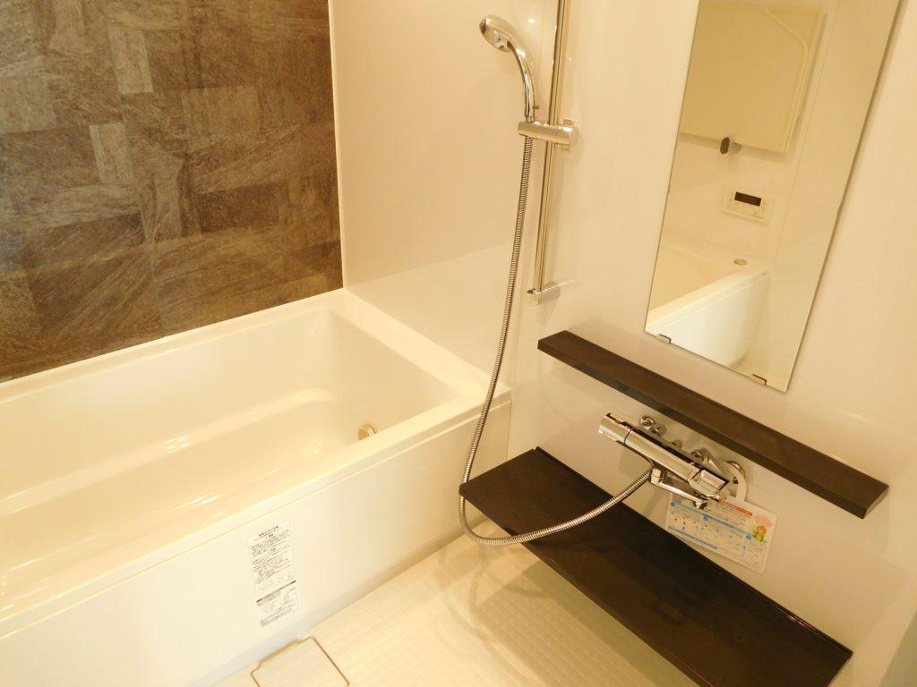 ブラウンのカウンターがアクセントになっている浴室。オシャレ〜。