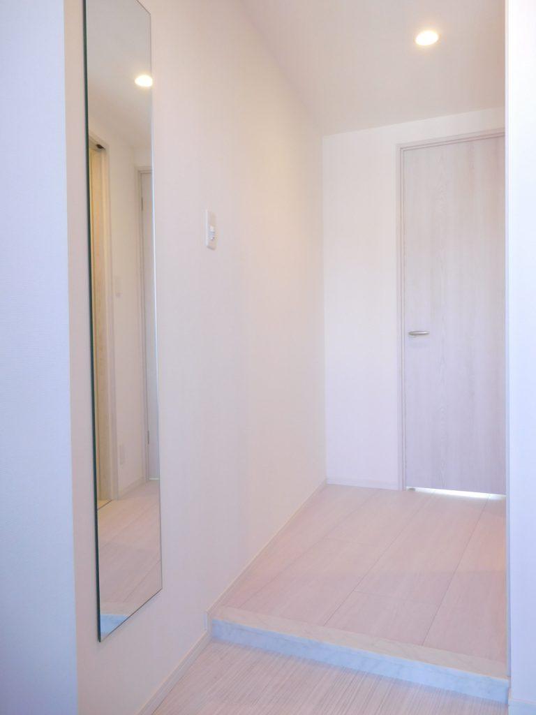 全体の白い雰囲気が落ち着く玄関。