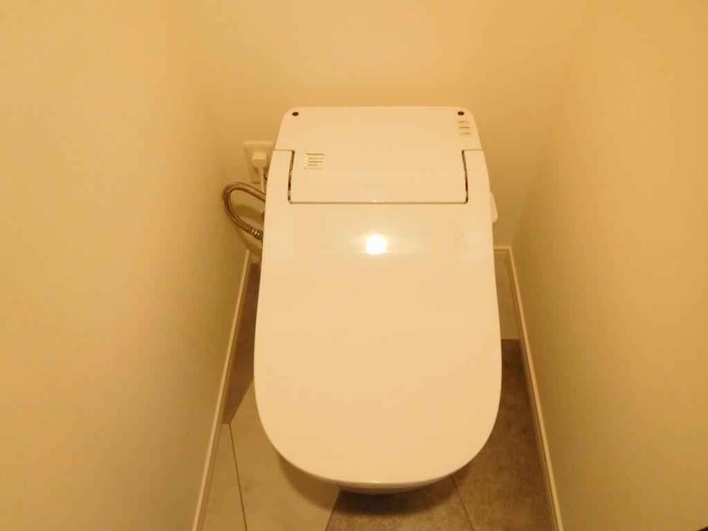 トイレはタンクレス。節水効果も高いんですって。