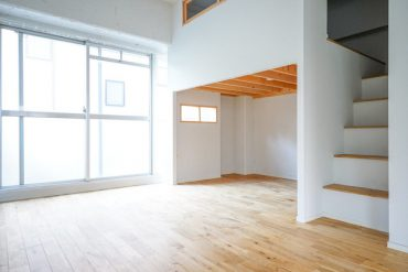 キッチンと対面方向の一角にロフトロフトまでの階段がすっきりと配置されています
