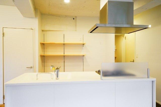キッチン背面は見せる収納に
