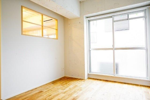 かわいい小窓が特徴の寝室