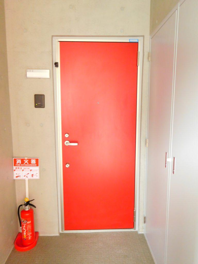 赤い玄関ドアがインパクト大です。