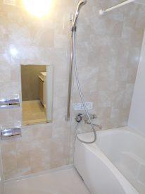 アクセントパネルが映える浴室。