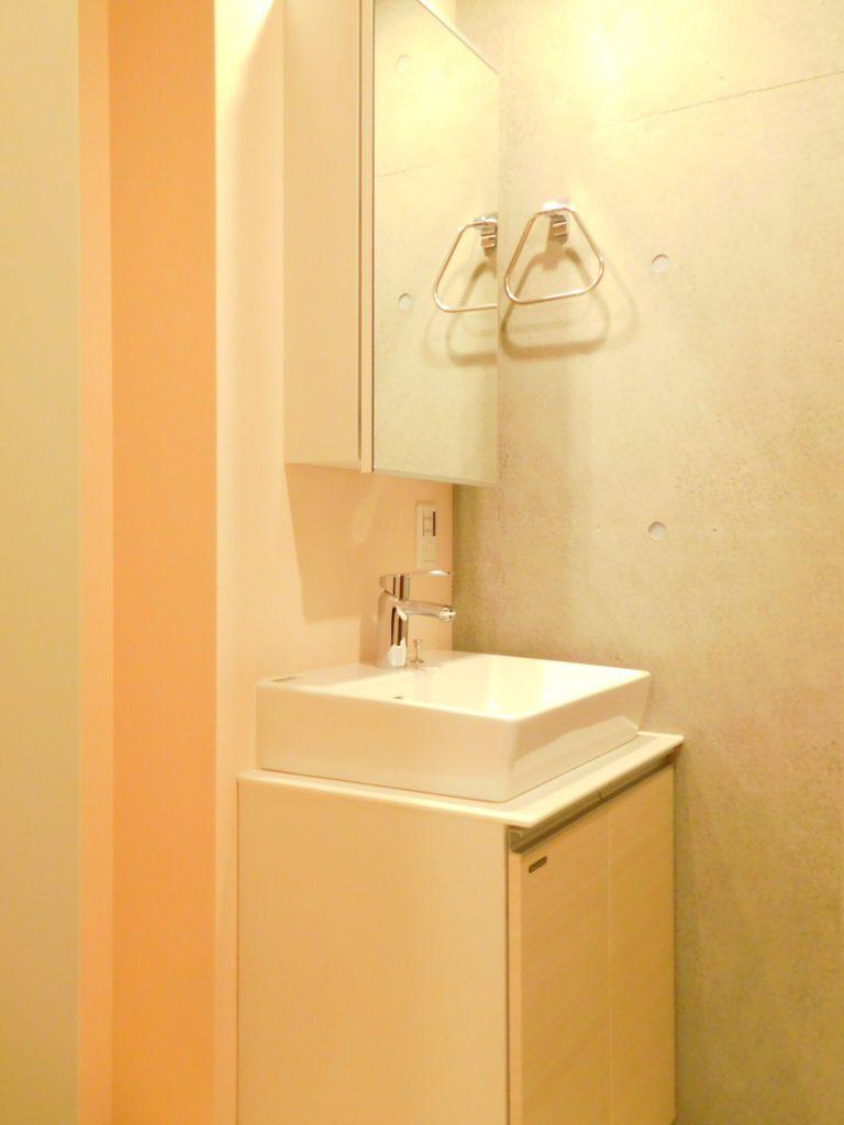 ベッセル式の洗面台でスタイリッシュです。